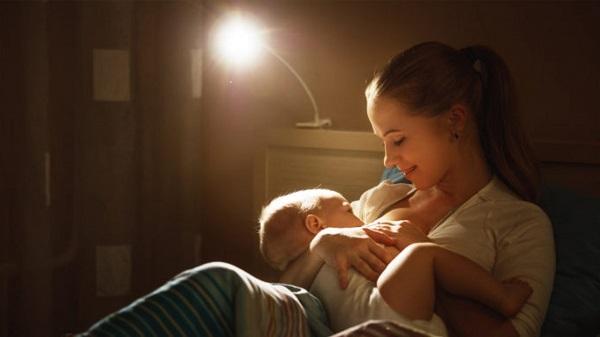 Các mẹ sẽ không còn xa lạ gì với những đêm thức giấc khi có em bé