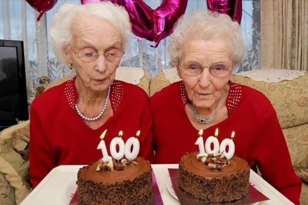 Hai chị em sinh đôi Irene Crump và Phyllis Jones trong buổi tiệc sinh nhật mừng 100 tuổi