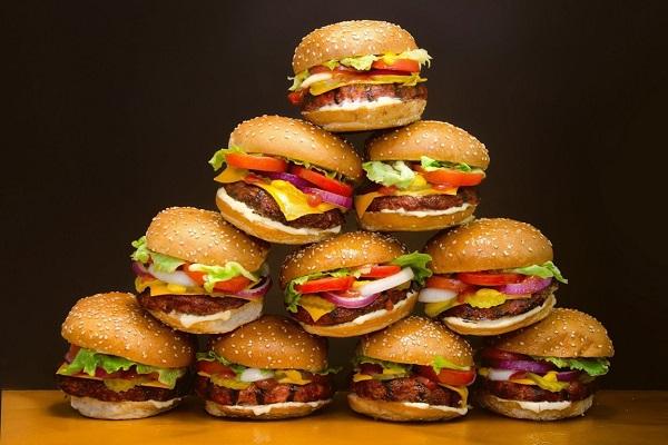 Chất béo bão hòa không lành mạnh trong đồ ăn nhanh có thể gây tắc động mạch, dẫn đến các vấn đề về tim mạch nếu ăn thường xuyên.