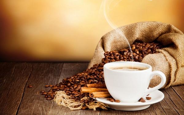 Quá liều caffeine có thể gây ra nhịp tim nhanh và không đều, khó thở