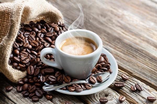 Caffeine là một chất kích thích tự nhiên thường có trong cây trà, cà phê và ca cao.