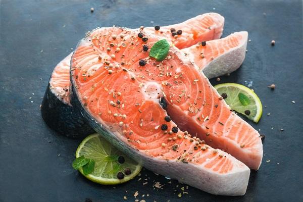 Người bệnh thiếu máu não nên bổ sung cá
