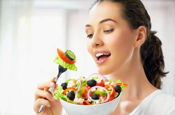 Nên ăn chậm rãi, thời gian của mỗi bữa ăn tối thiểu là 20 phút