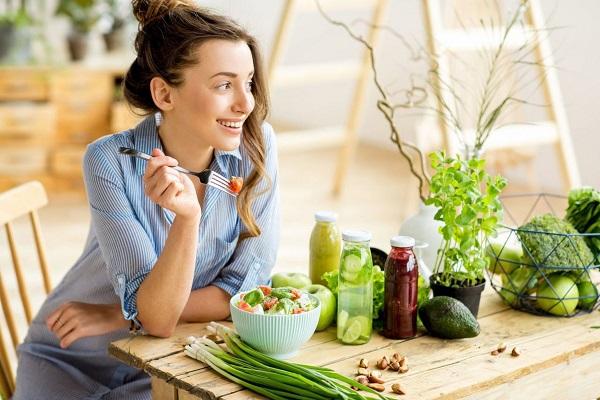 Ăn nhanh và nhai thức ăn quá nhanh có thể dẫn đến một số vấn đề về sức khỏe.
