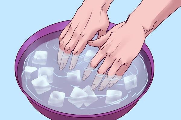 Ngâm hai bàn tay của bạn trong chậu nước đá chính xác 30 giây. Điều này sẽ giúp bạn biết máu của trong cơ thể sẽ phản ứng như thế nào khi tiếp xúc với môi trường lạnh. Sau 30 giây, bạn sẽ có 2 kết quả.