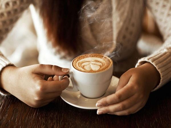 Uống cà phê khi bụng đang trống rỗng sẽ làm tăng lượng axit trong dạ dày, dễ đến tình trạng ợ nóng hoặc trào ngược dạ dày.