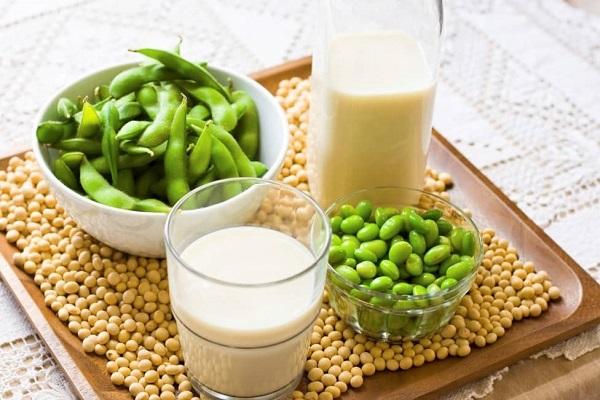 Đậu nành chưa được nấu chín thì sẽ gây ngộ độc bởi trong đậu nành sống có chứa các thành phần độc tố
