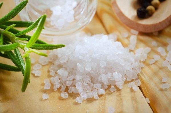 Xông mặt bằng nước muối có thể đánh bay những nốt mụn đáng ghét, vết nám hoặc thâm trên da và quanh vùng mắt.