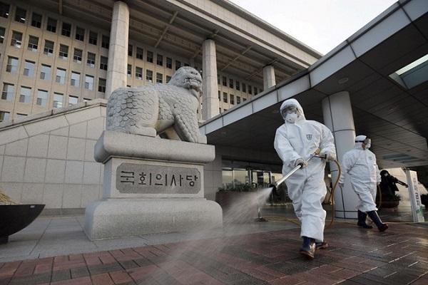 Nhân viên kiểm dịch phun khử trùng tại tòa nhà quốc hội Hàn Quốc hôm 24/2