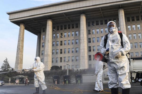 Các nhân viên khử trùng tại tòa nhà Quốc hội Hàn Quốc đầu tuần này. Quốc hội Hàn Quốc cho biết công tác khử trùng được tiến hành theo từng giai đoạn tại đây tới ngày 26-2