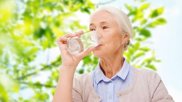 Người cao tuổi cũng cần uống đủ nước mỗi ngày