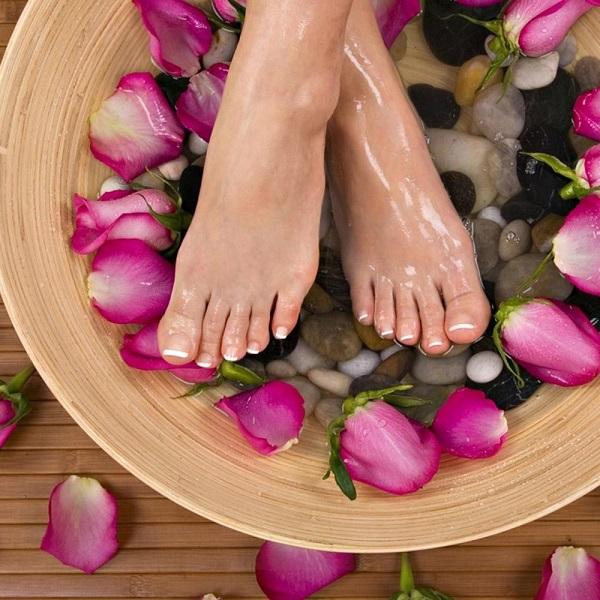 Ngâm chân trong nước nóng sẽ thúc đẩy máu lưu thông tốt, cải thiện các triệu chứng lạnh chân tay vào mùa đông.